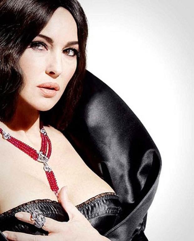 Моника Белуччи обнажила грудь - конечно, не полностью, но полюбоваться