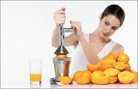 Свежевыжатый сок является настоящим кладезем витаминов и минералов. Он быстро усваивается организмом, не нагружает пищеварительную систему. В народной медицине распространено лечение соками, так как фреши богаты антибактериальными, противовоспалительными и окислительно-восстановительными элементами, которые поддерживают организм в тонусе и помогают ему бороться с различными заболеваниями. Так, например, яблочный сок лечит малокровие и гастрит, томатный – помогает восстановить нормальный обмен веществ и избавить от гипертонии, виноградный – очистит организм от антиоксидантов, морковный – укрепит иммунитет и избавит от проблем с кожей, цитрусовый – поможет победить простуду, гранатовый – повысит уровень гемоглобина, а свекольный – понизит давление и укрепит память. Кроме того, фреши способны поднимать настроение, заряжать энергией и позитивом!