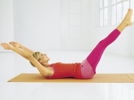 Упражнение №1 – «Циферблат». Ляг на спину. Одновременно сделай глубокий вдох и подними вытянутые руки и ноги чуть выше тела. Представь себя часами, а руки и ноги – стрелками. На выдохе возвращайся в исходное положение. Медленно повторяй упражнение, следи за поясницей – не выгибай ее и постарайся все время держать прижатой к полу. Сделай 15 - 20 раз.