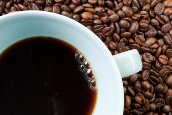Исключите кофеин. В малых дозах кофе помогает проснуться и взбодриться, но весьма трудно самостоятельно определить эту самую дозу. Привычная чашечка ароматного напитка по утрам может привести к раздражению слизистой желудка, истощению нервных клеток и нарушению нормального функционирования организма. Замените его апельсиновым или грейпфрутовым фрешем, а еще лучше теплой водой с медом, лимоном и имбирем – это улучшит кровообращение и укрепит иммунитет.