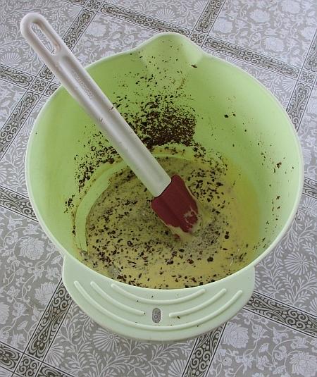 Желтки с сахаром растирают до тех пор, пока масса не увеличится вдвое