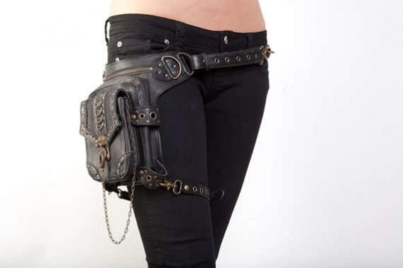 Один и тот же девайс можно носить как на длинноватом ремне через плечо, так и на бедрах и даже под мышкой.