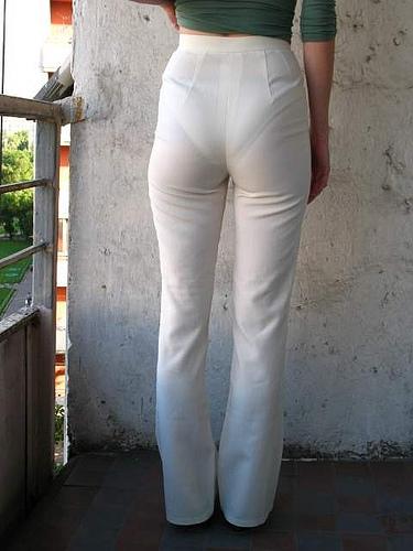 женщины в брюках через которые видно нижнее бельё