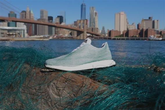 Adidas выпустят кроссовки из переработанного океанического мусора