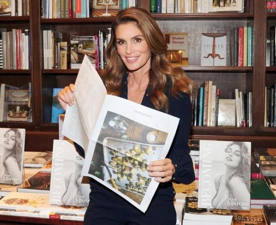 Живая легенда: Синди Кроуфорд выпустила автобиографическую книгу