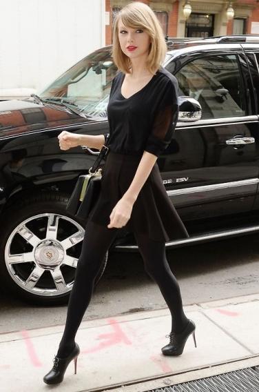 Блондинка в черных колготках нога на ногу фото 300-782