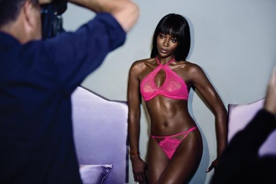 Фотосессия Наоми Кэмпбелл: эротический показ нижнего белья