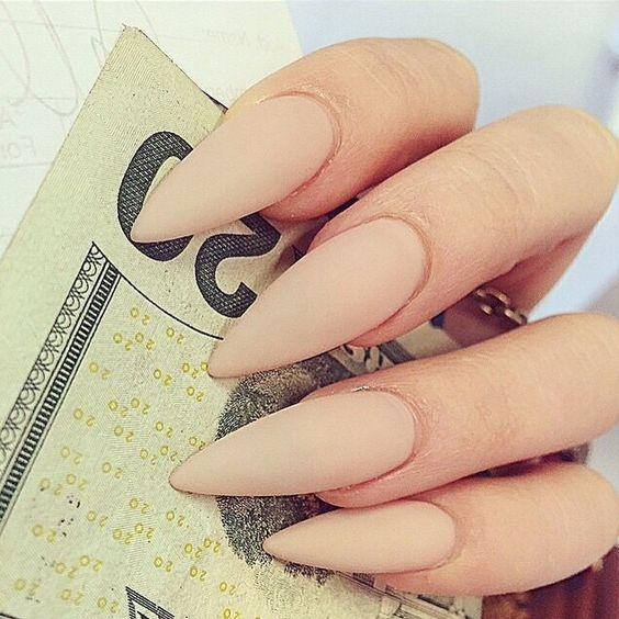 Ногти бежевые матовые для