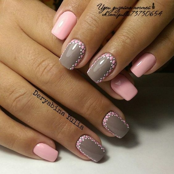 Маникюр с розовым лаком и серым