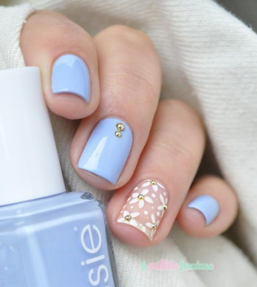 Розовый белый голубой маникюр