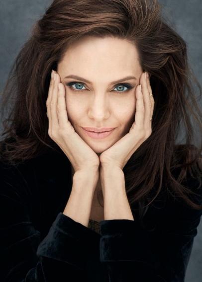 Сама в пальто, а дочь в футболке: Анджелину Джоли раскритиковали за безразличие и беспечность по отношению к детям
