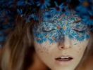 Цветные брови, глиттерные слезы: странные бьюти-тренды, которые вы захотите попробовать этим летом
