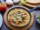 Воздушный омлет с овощами и тремя видами сыра