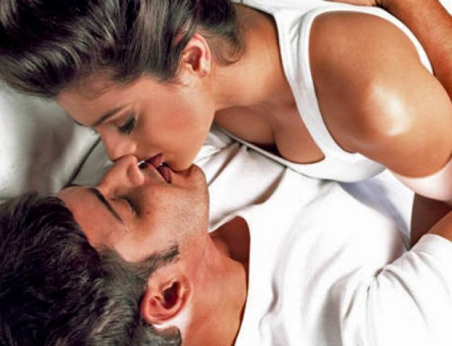 Мужчина с женщиной меняются ролями в сексе