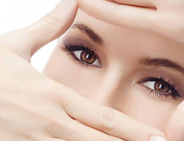 Как сохранить молодость кожи вокруг глаз в летний зной