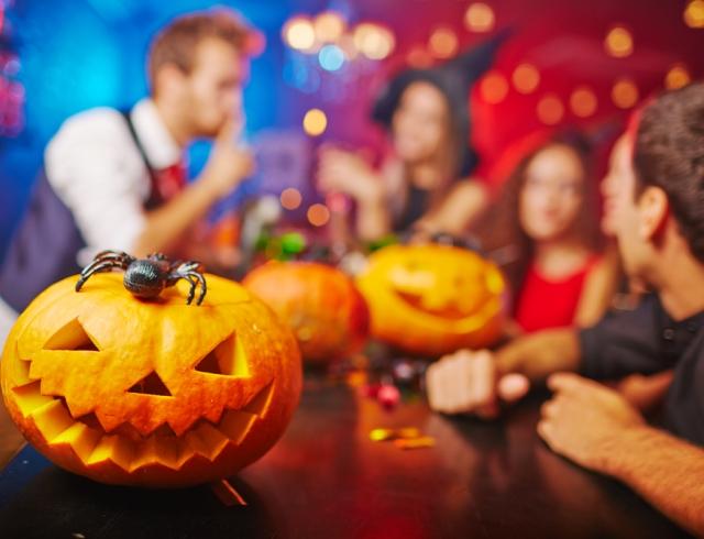 На Хеллоуин устраивают тематические вечеринки