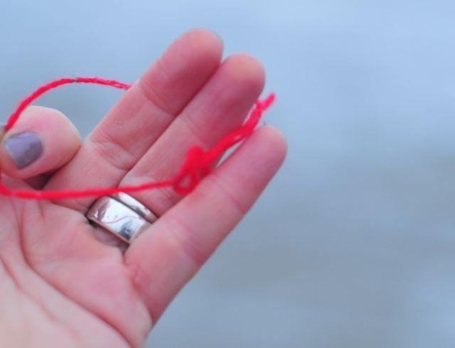 Зачем носят на запястье красную нитку