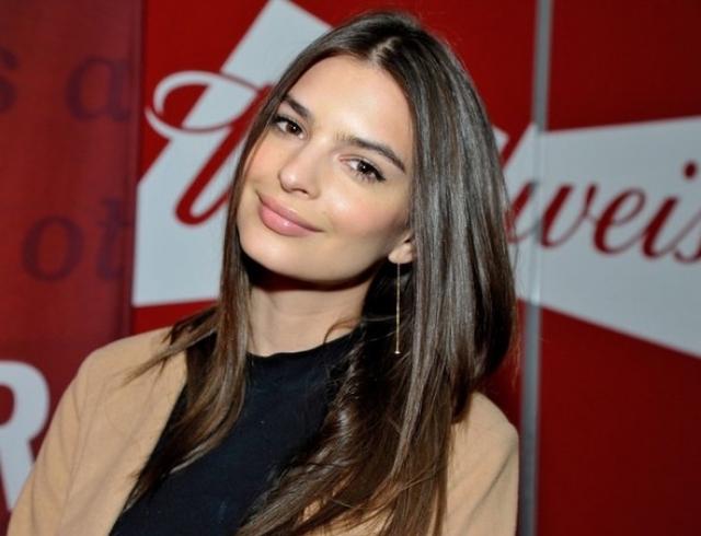 Модель Эмили Ратажковски вышла в свет без нижнего белья