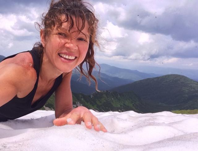Как отдыхают звезды: певица Руслана в Карпатах умылась снегом. ВИДЕО