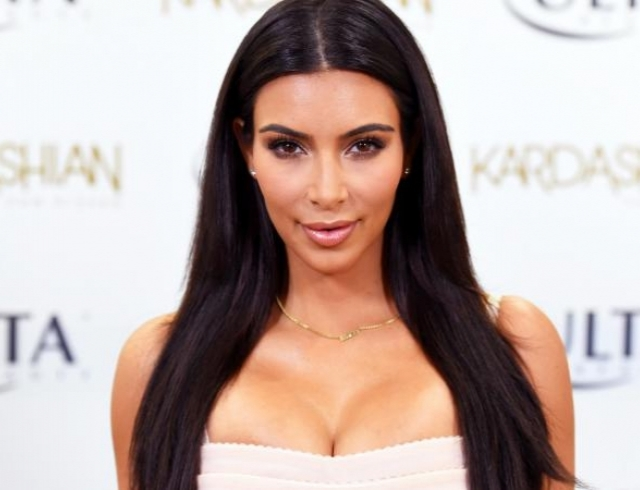 Ким Кардашьян не вместила грудь в сексуальное кожаное платье