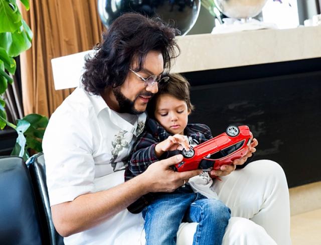 Как Филипп Киркоров поздравлял сына с днем рождения: драка, снеговик из конфетти и шоу роботов. ВИДЕО