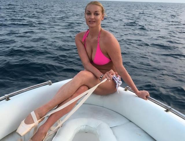 Анастасия Волочкова растянулась в шпагате верхом на коне (ФОТО)