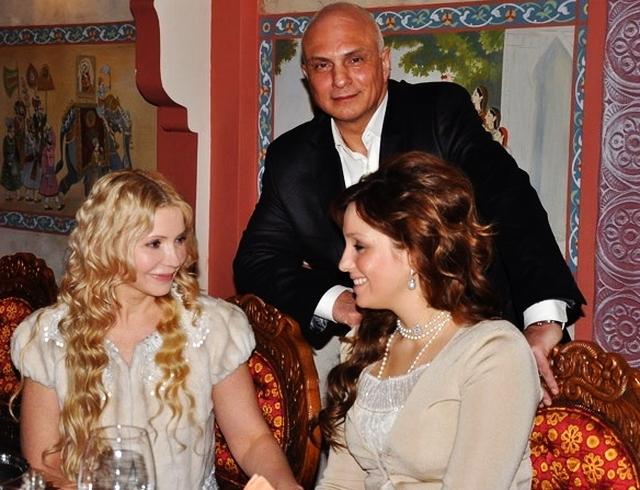 Новоиспеченная бабушка Юлия Тимошенко с охраной забрала внучку из роддома. ВИДЕО