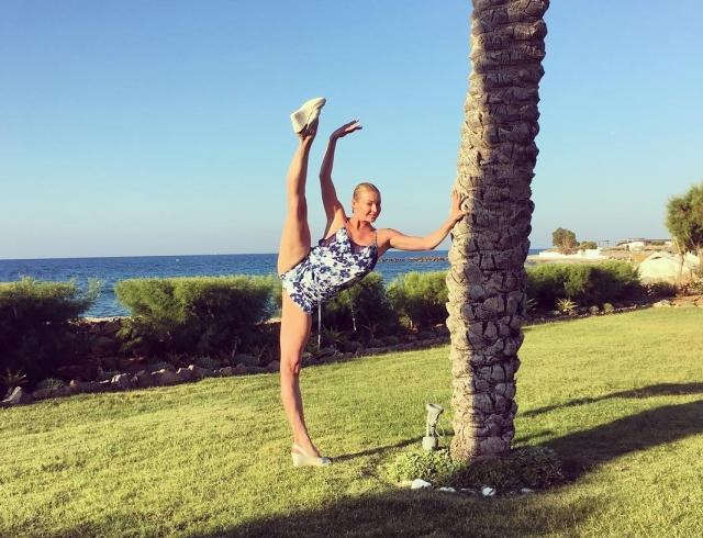 Как отдыхают звезды: игривая Анастасия Волочкова на о. Крит (шпагаты, яйца пашот, шампанское и белые розы)