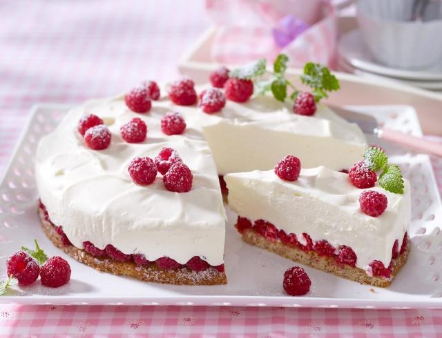 Творожно малиновый торт без выпечки