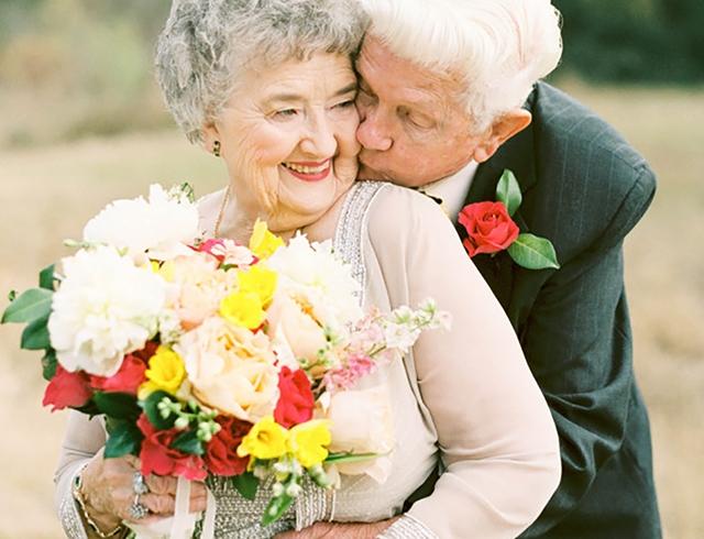 бабушка учит внучку любить
