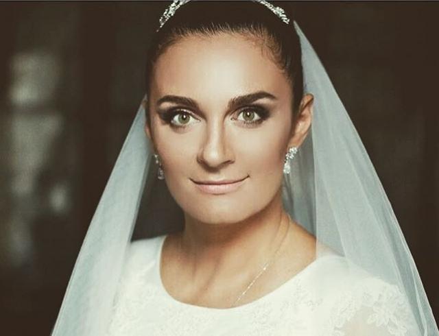 Как прошла свадьба Елены Ваенги: фото и видео с праздника: http://hochu.ua/cat-stars/novosti-shou-biznesa/article-70085-elena-vaenga-vyishla-zamuzh-foto-i-video-s-dolgozhdannogo-torzhestva/