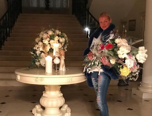 Будни балерины: Анастасия Волочкова удивила ночной трапезой, сидя на кухонном столе (ВИДЕО)