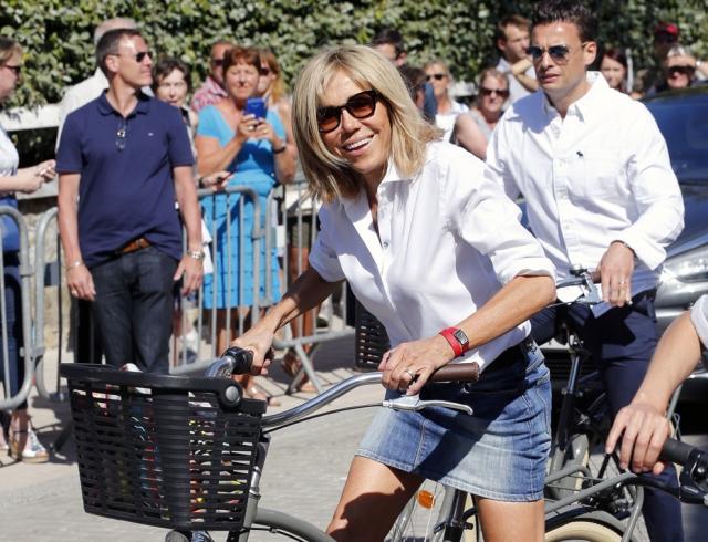 Катается в белой короткой юбке на велосипеде видео фото 415-579