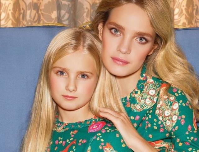 Семейный look Наталья Водянова с 11-летней дочерью носят одинаковые купальники