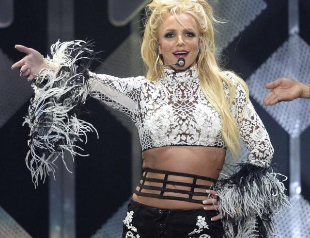 Ошалевший поклонник попытался сорвать выступление Бритни Спирс в Лас-Вегасе (ВИДЕО)