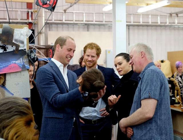 """Неожиданно: принцы Уильям и Гарри снялись в новом эпизоде """"Звездных войн"""""""