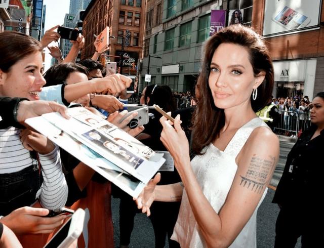 Новый выход Анджелины Джоли на кинофестивале в Торонто: актриса покорила образом в белом (ФОТО)