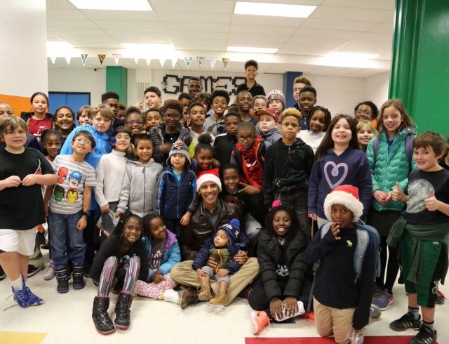 Барак Обама пришел к детям с мешком и в шапке Деда Мороза (+ВИДЕО)