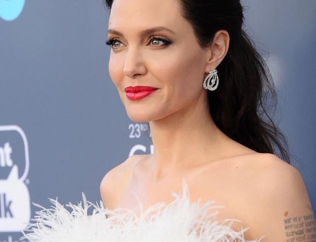 Наконец-то! Джоли вышла всвет вэротичном белом одеяние