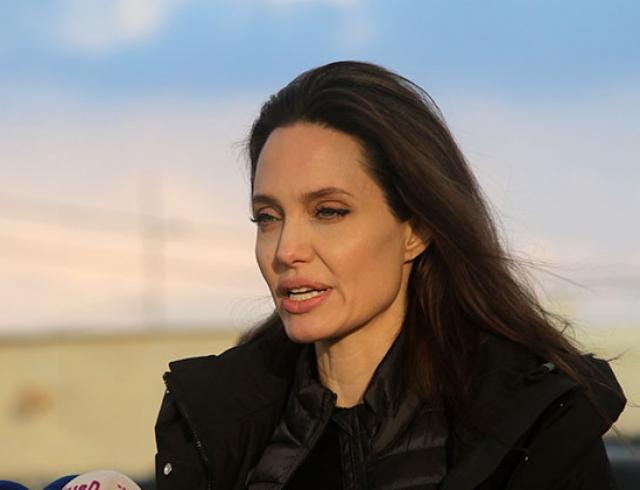 Анджелина Джоли взяла дочерей навстречу ссирийскими беженцами