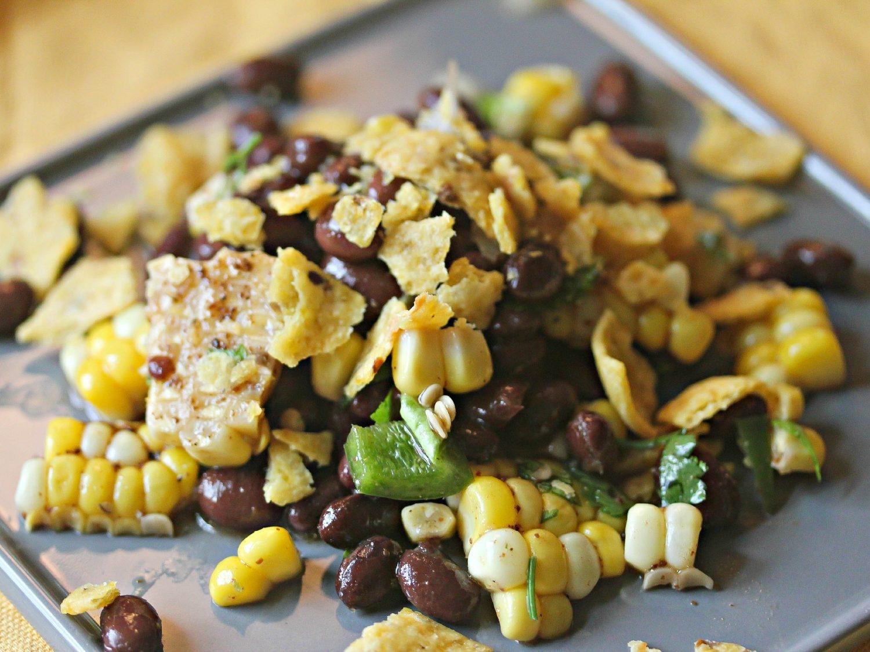 Салат с фасолью, кукурузой, кинзой и чили-лаймовой заправкой