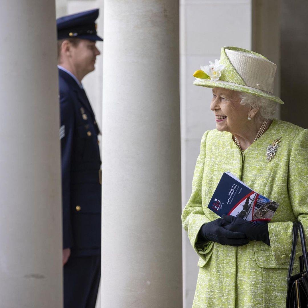 В салатовом пальто и шляпке с цветами: новый выход королевы Елизаветы II (ФОТО) - фото №2