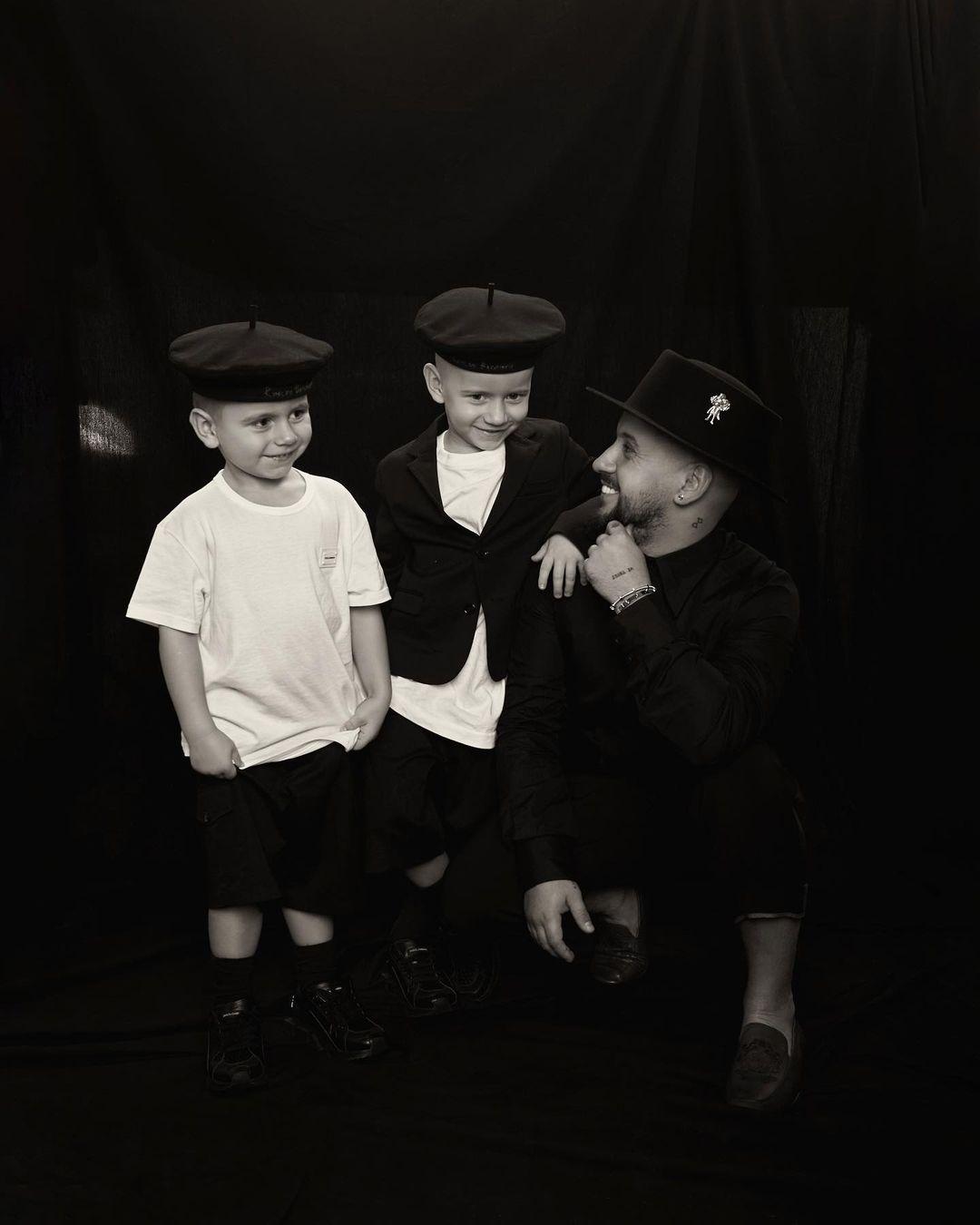 MONATIK растрогал поклонников новыми фото с женой и сыновьями - фото №1