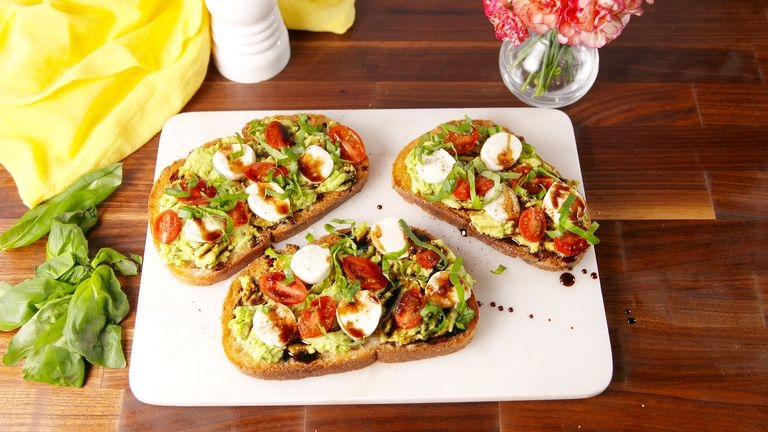 Капрезе тосты с авокадо