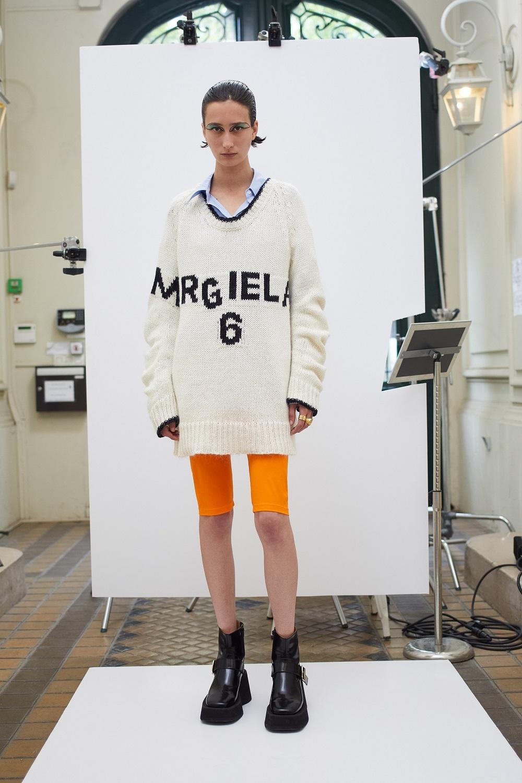 Асимметричные рубашки, удлиненные свитера и широкие брюки: обзор новой коллекции Maison Margiela (ФОТО) - фото №4