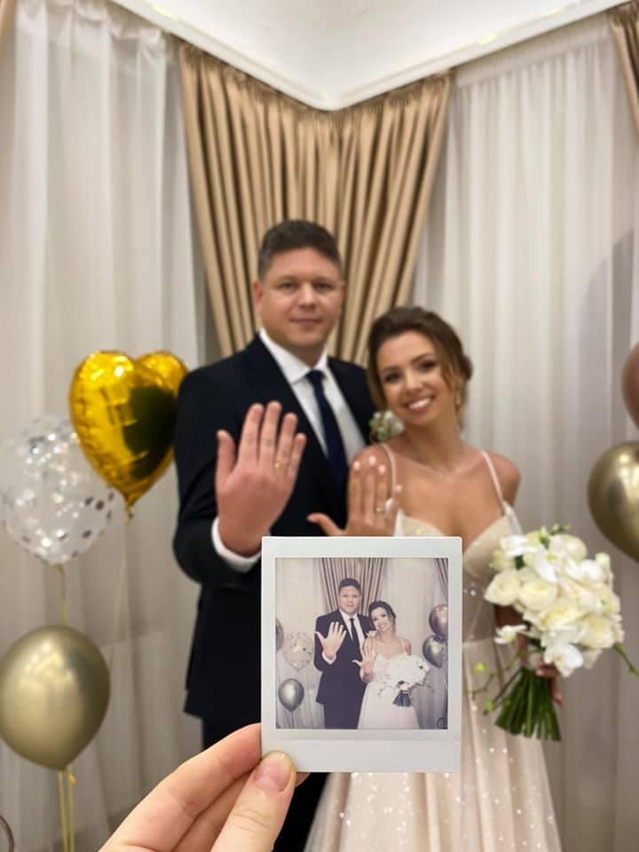 Анастасия Зинченко, известная как девушка с собачкой из Уханя, вышла замуж за главу Миграционной службы - фото №1