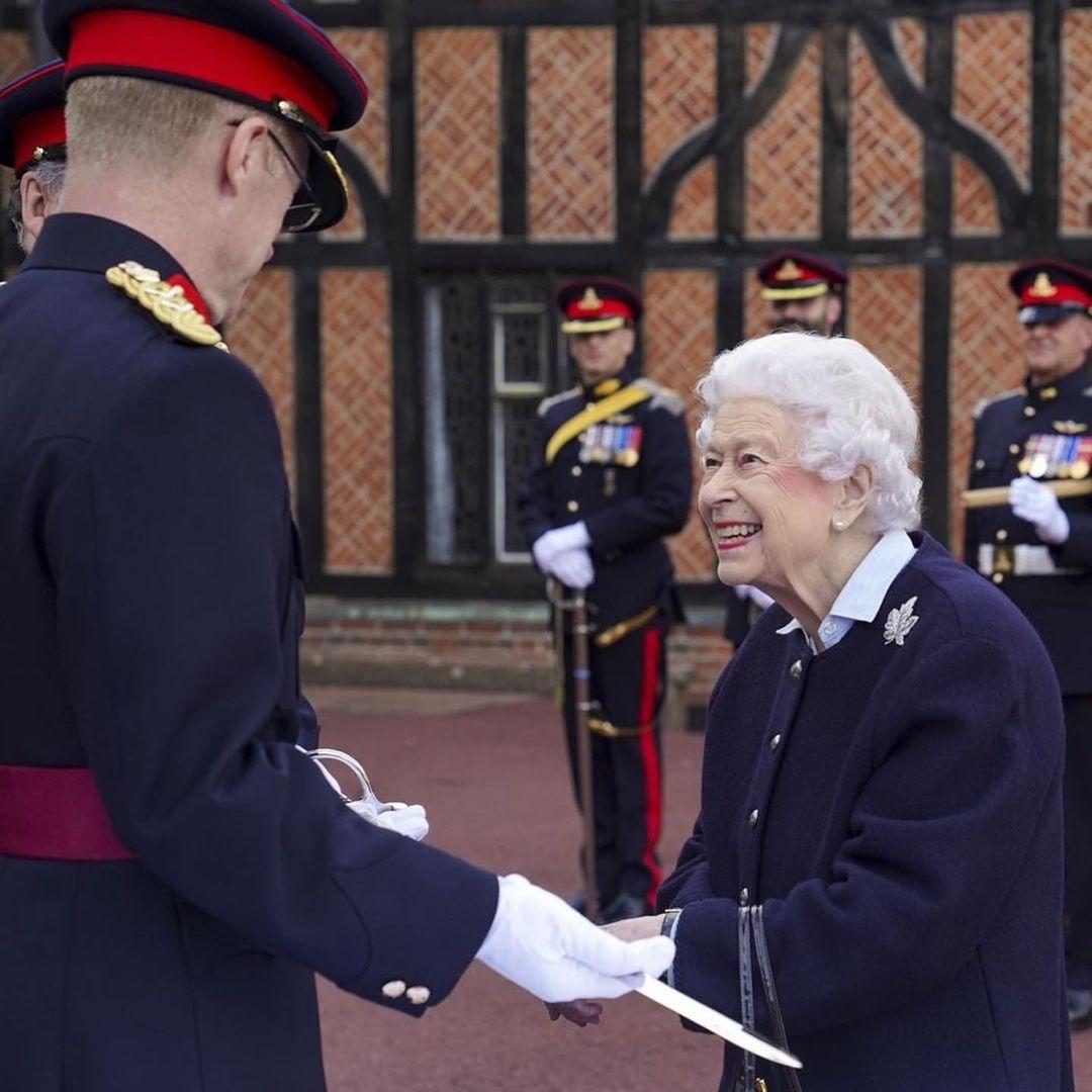 Королева Елизавета II вышла в свет и показала уютный осенний образ (ФОТО) - фото №3