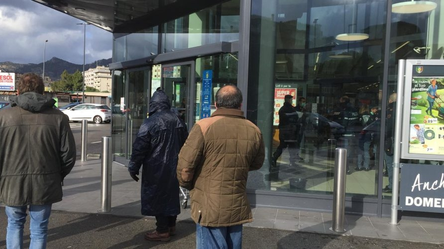 Коронавирус в Италии: покупатели отказываются платить в супермаркетах - фото №1