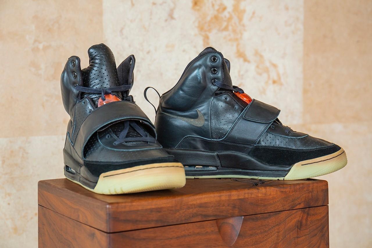 Рекорд: кроссовки Канье Уэста продали на аукционе за 1,8 миллион долларов - фото №2