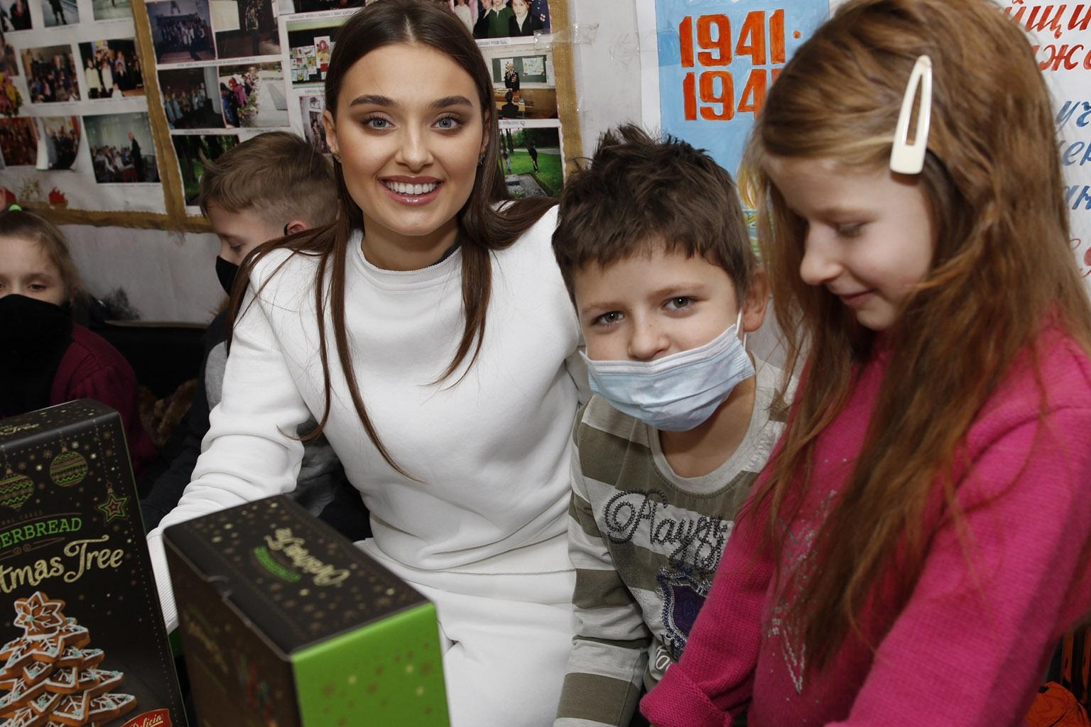 Счастливые улыбки и вдохновленные дети: как прошла встреча Вероники Дидусенко с детьми из неполных и многодетных семей (ФОТО) - фото №4